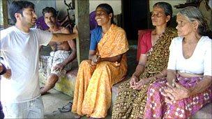 Yunus with volunteers