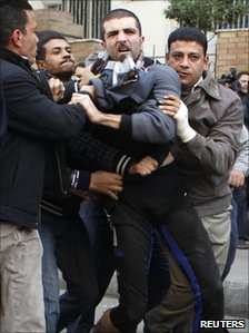 Plain clothes police officers detain protesters in Cairo, Egypt (26 Jan 2011)
