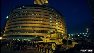 A military tank sits next to the Egyptian state television building in Cairo (29 Jan 2011)
