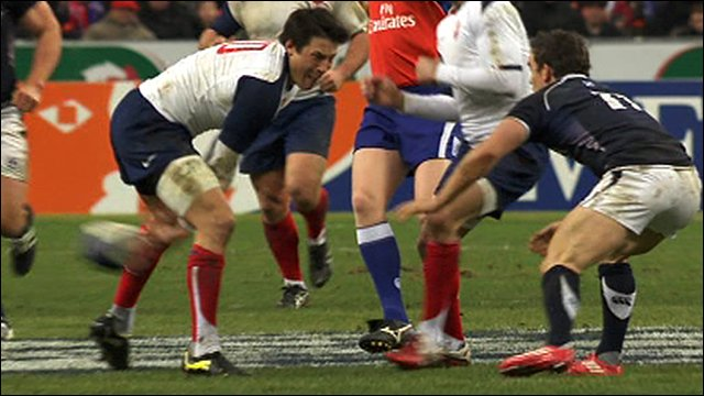 Fran�ois Trinh-Duc passes the ball between his legs against Scotland
