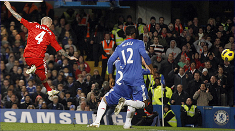 Raul Meireles scores the winner for Liverpool at Chelsea