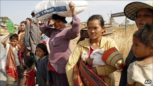 Refugees leaving Preah Vihear temple (5 Feb 2011)