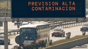 A sign above Madrid&#039;s M30 motorway warns drivers that high levels of pollution are expected (8 February 2011) 