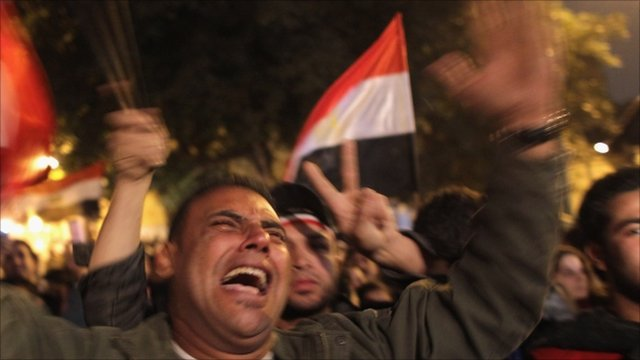Crowds react to news of Hosni Mubarak stepping down as president