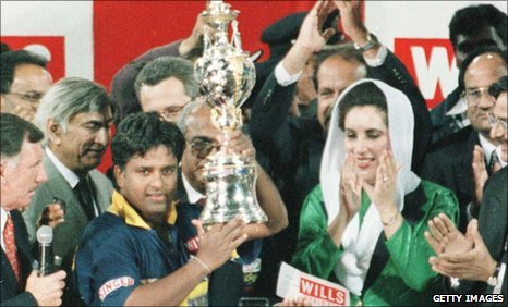 Sri Lanka captain Arjuna Ranatunga lifts the trophy in 1996