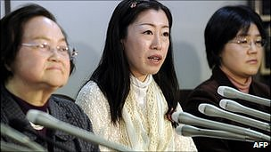 Emie Kayama, centre, with other plaintiffs in the Tokyo court