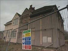 Residents say they want the council to either repair the abandoned George Street house or knock it down