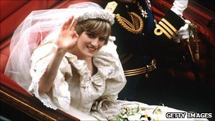 Wedding Dress Designers on Princess Diana S Wedding Dress Incorporated 10 000 Pearls And Sequins