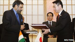 India&#039;s Trade Minister Anand Sharma and Japan&#039;s Foreign Minister Seiji Maehara exchange documents.