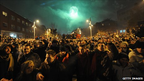 Fireworks light up the sky in Pristina (17 Feb 2008)