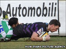 Ospreys wing Nikki Walker scores despite Brendan Williams' tackle