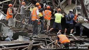 Rescuers search debris in Christchurch, 22 Feb 2011