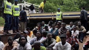 Police guard the detainees in Harare, Zimbabwe (23 Feb 2011)