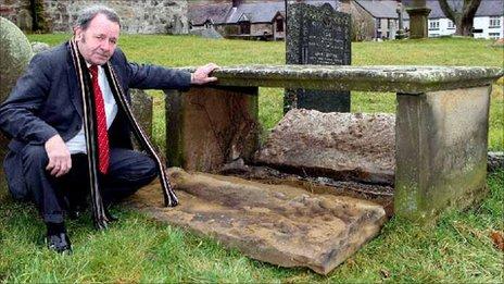 Warden yr eglwys George Flanagan yn archwilio'r difrod