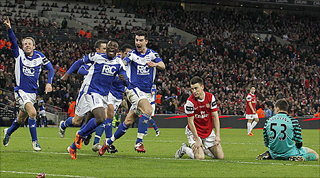 A mix-up between Arsenal defender Laurent Koscielny and keeper Wojciech Szczesny let Birmingham striker Obafemi Martins to grab the winner in the Carling Cup final