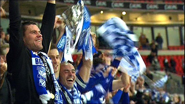 Birmingham captain Stephen Carr lifts the Carling Cup