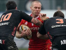 Munster's Paul Warwick is blocked by James Marshall and Fabio Staibano of Aironi