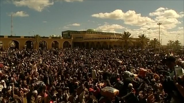 Crowds at Libya's border with Tunisia