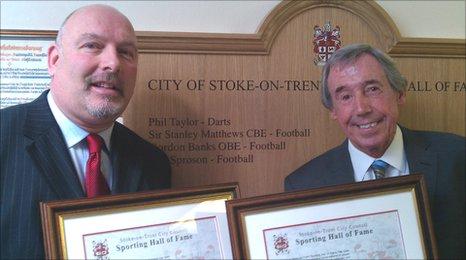 Phil Sproson (l) and Gordon Banks