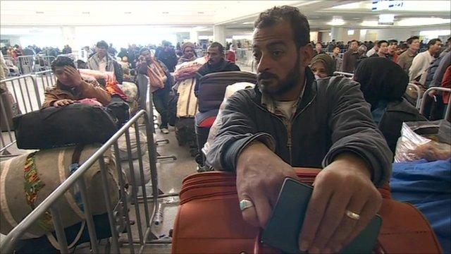 Hundreds queue in Tunisian airport