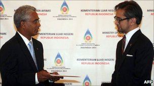 East Timorese Foreign Minister Zacarias da Costa (L) meets his Indonesian counterpart Marty Natalegawa (R) during a joint press conference in Jakarta on 4 March
