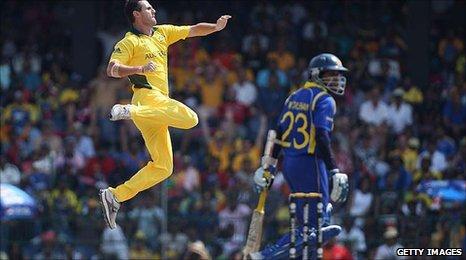 Shaun Tait celebrates Tillakaratne Dilshan's dismissal