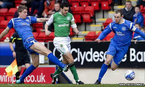 Jamie Adams (left) and Dave Mackay (right) combine to squeeze out Hibs' Ian Murray