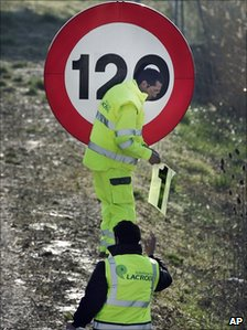 Highway workers reduce the speed limit near Zulueta, northern Spain (5 Mar 2011)