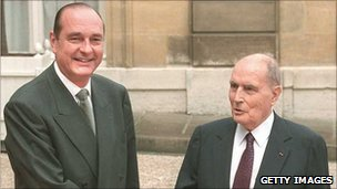 Francois Mitterrand shakes hands with new President Jacques Chirac (L) on the steps of the Elysee Palace in Paris (17 May 1995)