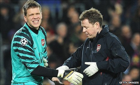 Arsenal goalkeeper Wojciech Szczesny (left) sustains a hand injury