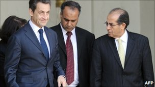 Ali Issawi (R) and Mahmoud Jibril (C) with French President Nicolas Sarkozy in Paris (10 March 2011)
