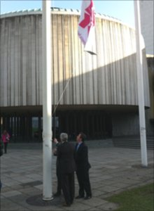 Jonathan Edwards raising the flag