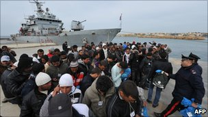 Tunisian migrants on Lampedusa (15 March 2011)
