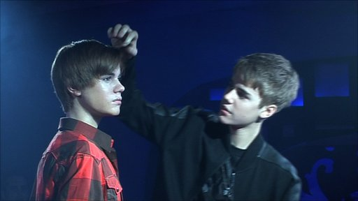 justin bieber waxwork new york. Justin Bieber checks out his