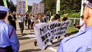 Protesters at Fukushima plant in 1999