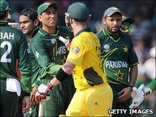 Brad Haddin argues with Younus Khan