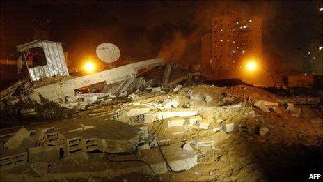 Aftermath of an Israeli air strike in Gaza City (21 March 2011)