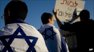 Israeli settlers protest against the killing of a family in a West Bank settlement (13 March 20110