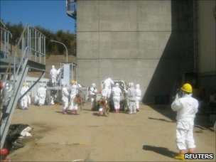 Workers at the Fukushima Daiichi nuclear power plant (23 March 2011)