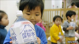 A child holds bottled water in Tokyo, Japan (24 March 2011)