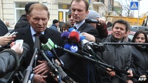 Ukrainian ex-President Leonid Kuchma faces reporters in Kiev, 23 March