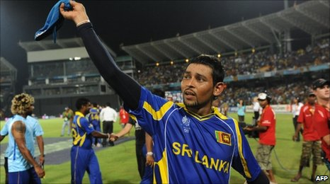 Sri Lanka's Tillakaratne Dilshan waves to supporters after winning the Man of the Match award