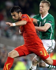 Damien Duff tries to keep track with Macedonia's Ivan Trickovski