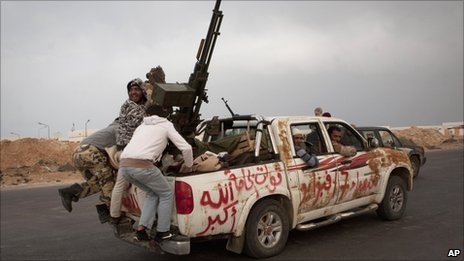 Rebels flee Ras Lanuf by car, Libya (29 March 2011)