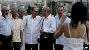 Cuban dissidents pose for a photo before meeting Jimmy Carter in Havana
