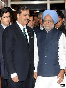 Yousuf Raza Gilani and Manmohan Singh in Mohali on 30 March 2011