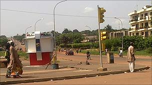 Street scene in Yamoussoukro, March 31 2011
