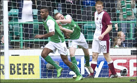 Ricardo Vaz Te and Derek Riordan celebrate for Hibs