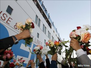 Rebel supporters welcome the Turkish humanitarian ship in Benghazi (3 April 2011)