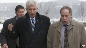 Gille Duceppe (centre)